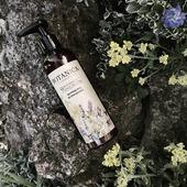 Čistenie pokožky tela 🧼 bez jej zbytočného vysušovania je naozaj jednoduché! 😉 Stačí siahnuť po čistiacom výrobku, ktorý pokožku jemne čistí a zároveň ju ošetruje a rozmaznáva. Sprchovací olej 9 divov kvetov 🌼 takým výrobkom je. Do jeho zloženia sme zapracovali výživný borákový a ľahučký hroznový olej, ktoré pokožku ochránia pred vysušením a premenia ju na vláčnu oázu hebkosti. ✨ Jemné mycie tenzidy ochránia aj tú najcitlivejšiu pokožku pred podráždením a extrakty z deviatich kvetov Vám poskytnú ten najkrajší aromaterapeutický zážitok 😌  👉 Pre čistú a jemnú pokožku po každej sprche kliknite sem: https://www.botanicaslavica.eu/9-divov-kvetov/sprchovaci-olej-9-divov-kvetov