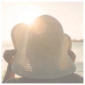 Priznajte sa :) Znova sa Vám podarilo spáliť sa pri výlete pod krásne žiariacim slniečkom? 🌞 Áno, niekedy sa stane, že človek situáciu podcení, alebo sa jednoducho zabudne znova natrieť krémom s ochranným faktorom. 😐 Vieme, že na Vás z každej strany od začiatku leta vyskakujú rôzne pútače, aké dôležité je chrániť sa pred lúčmi slnka. A pridáme sa aj my. 😉 UV lúče dokážu na pokožke napáchať mnoho škody - predčasné starnutie, suchosť, strata elasticity, spálenie, podráždenie alebo rakovina kože. Myslíme to vážne, chráňte sa ☝️  🤔 Ak už ale škoda bola napáchaná a Vám sa ušla spálená pokožka, poradíme Vám zopár skvelých pomocníkov, ktorí pomôžu urýchliť jej zotavovanie a uľavia 😌 od nepríjemných prejavov spálenia ako svrbenie alebo bolesť.  Rýchlu úľavu prinesú títo jednoduchí pomocníci:  💚Natierenie s Aloe Vera 💚Natierane jogurtom (áno, obyčajným bielym jogurtom, ktorý čaká v chladničke) 💚Osvieženie sprejovaním vychladeným vyluhovaným čiernym čajom 💚Potieranie plátkami uhorky 💚Kúpeľ v ovsených vločkách  🌼 Poznáte alebo používate aj Vy tieto domáce triky po spálení slniečkom?