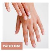 🥰 Darujme kus lásky našej pokožke! Ako na to? Patch testom 🙂  Ľudia môžu byť alergickí na rôzne druhy 🧪⚗️ kozmetických zložiek, či už sú to prírodné alebo syntetické zložky. Ak používate nový produkt starostlivosti o pleť, je dôležité najskôr ho otestovať takzvaným 👉 patch testom, aby ste sa uistili, že na produkt alebo niektorú z jeho zložiek nebudete mať nepríjemnú reakciu 😫 Alergická reakcia sa môže prejaviť rôzne - od mierneho začervenania až po bolestivé opuchy alebo dermatitídy. Vďaka patch testu si tak môžete ušetriť množstvo nepríjemností😌  🤔 Ako na patch test?  📍 Vyberte na svojom tele malú plôšku pokožky, ktorú dokážete po dobu 24 hodín neumývať, či inak ošetrovať (napríklad v okolí lakťov).  📍 Pripravte túto malú plôšku pokožky na test jej očistením.  📍 Na očistenú plôšku pokožky naneste malé množstvo svojho nového kozmetického produktu.  📍 Toto miesto môžete prelepiť náplasťou alebo obväzom, ale tento krok môžete aj vynechať.  📍 Trpezlivo počkajte aspoň 24 hodín. (Ak pociťujete akékoľvek prejavy podráždenia, svrbenia, pálenia a pod., produkt z pokožky umyte vlažnou vodou a jemným mydlom a viac nepoužívajte.) 📍 Ak sa po 24 hodinách neprejavila žiadna alergická reakcia, svoj produkt si môžete naplno užívať a nechať sa ním príjemne rozmaznávať.  Poznali ste patch test? Budete ho zodpovedne vykonávať?💪
